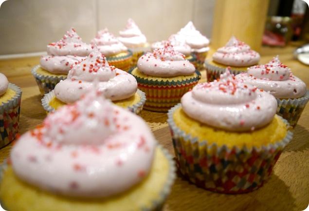 Vaniljcupcakes med hallonfrosting